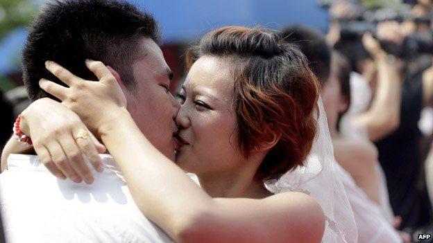 _74254630_kissing_getty