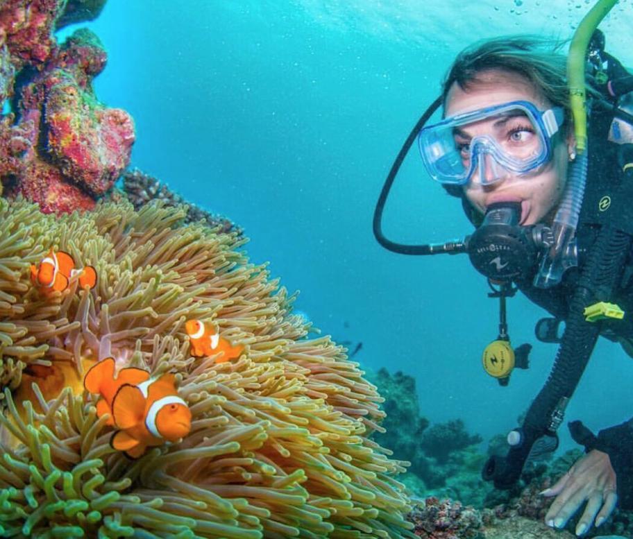 Viajante de aventura feminina ecológica fazendo snorkel na Grande Barreira de Corais