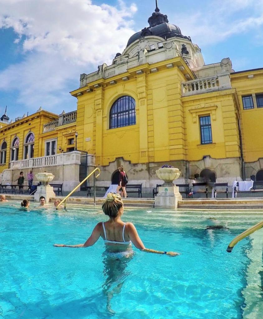 Female-solo-traveler-escaping-Valnetines-Day-with-a-trip-to-Budapest-844x1024 ▷ 9 mejores lugares para un viaje en solitario Día de San Valentín