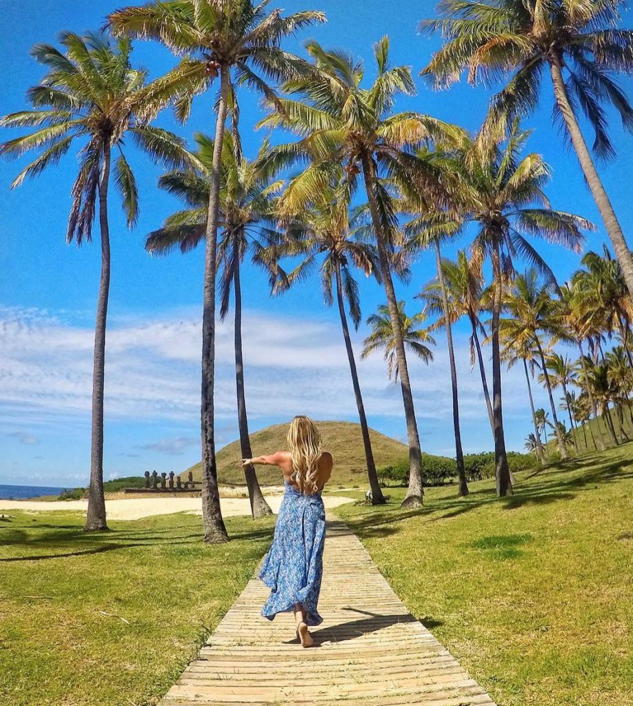 Female-solo-traveler-forgetting-about-Valentines-Day-on-Easter-Island-918x1024 ▷ 9 mejores lugares para un viaje en solitario Día de San Valentín